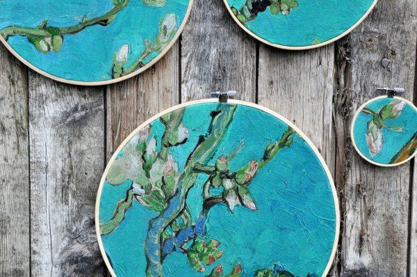 Detail van de borduurringen serie Amandelbloesem op houten, verweerde wand.