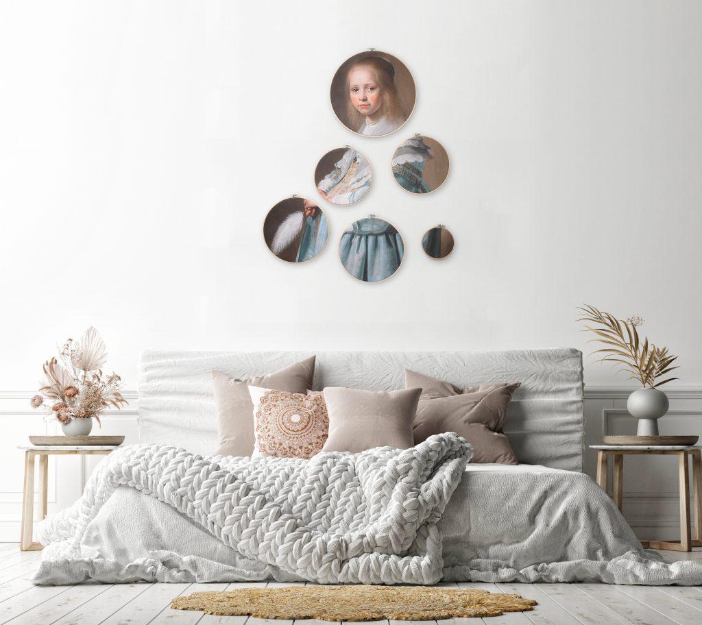 Zo kan Portret van Meisje in het Blauw VI eruit zien in een basic slaapkamer